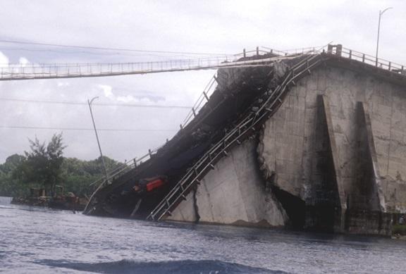 崩壊した旧KBブリッジ