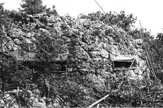 日本軍が斜面を利用して構築したトーチカ