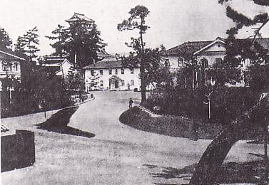 広島大本営(写真右)。左上に広島城天守が見える。