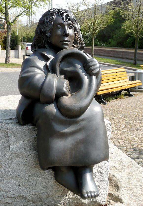 ハノーファー、ミヒャエル・エンデ広場にあるモモの像。Ulrike Enders作。