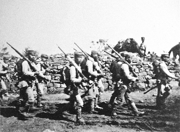 朝鮮半島を進軍中の日本軍歩兵(1904年撮影)