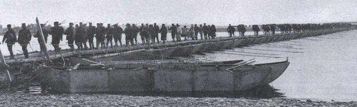 鴨緑江に架けた仮設橋を渡る第一軍部隊