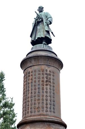 靖国神社参道の中央にある大村益次郎像