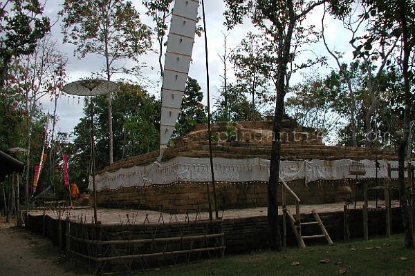 廃墟で修行するタイの僧侶