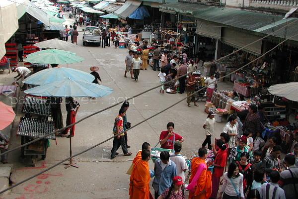 国境マーケットを散策する僧侶
