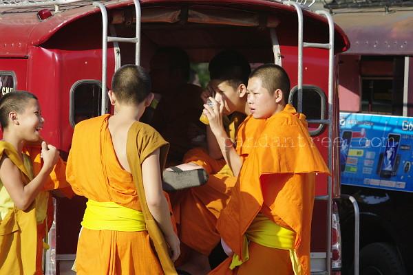 ソンテウにたむろするタイの僧侶
