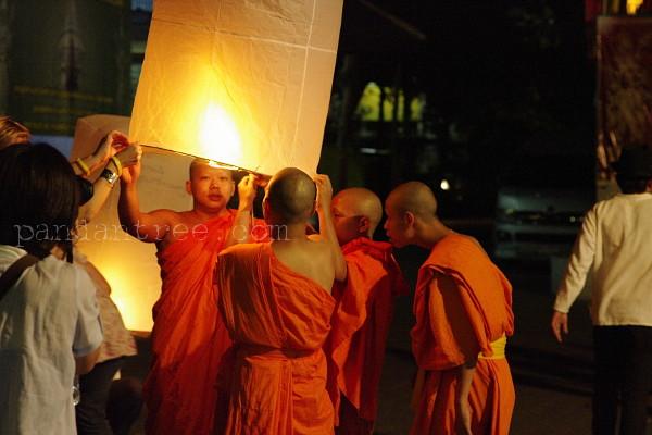 コムローイを上げるタイの僧侶