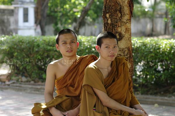 寺院で寛ぐタイの僧侶