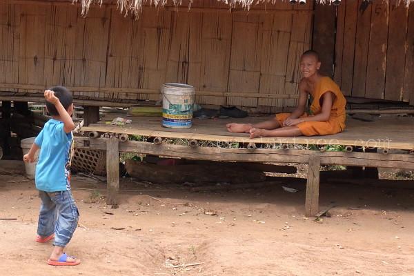 里帰り中のタイの僧侶