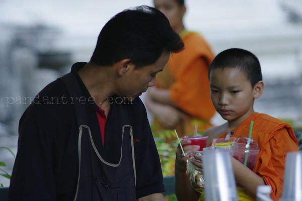 買い物をするタイの僧侶
