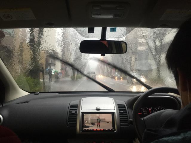 大雨の車中