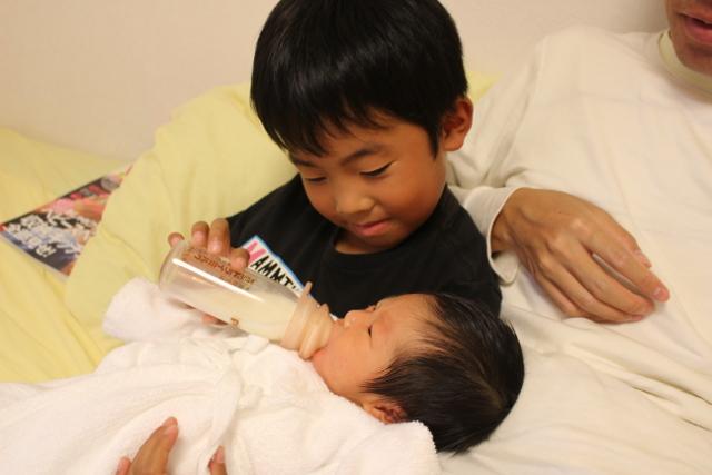 赤ちゃんにミルクを飲ます陸ちゃん