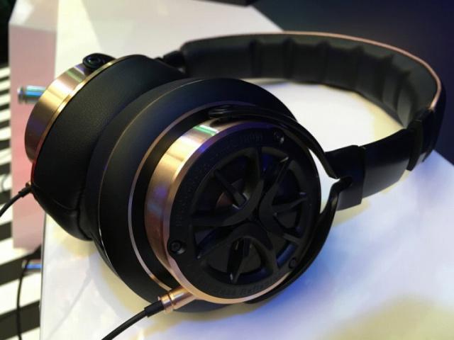 1MORE_Triple_Driver_in-Ear_Headphones_01.jpg