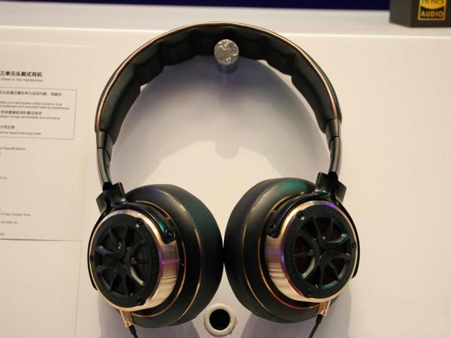 1MORE_Triple_Driver_in-Ear_Headphones_02.jpg