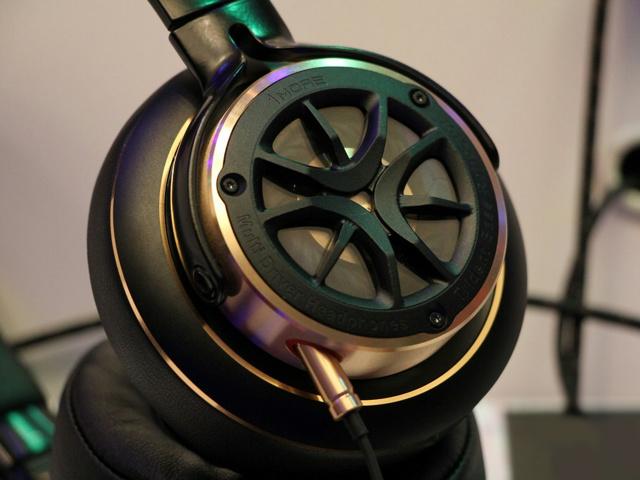 1MORE_Triple_Driver_in-Ear_Headphones_04.jpg