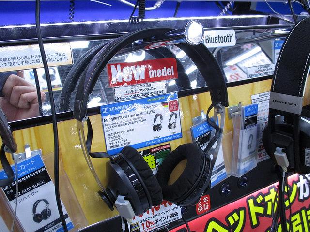 MOMENTUM_On-Ear_Wireless_08.jpg