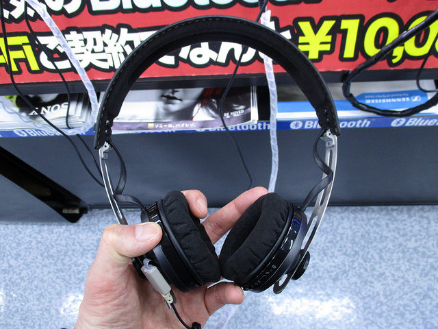 MOMENTUM_On-Ear_Wireless_09.jpg