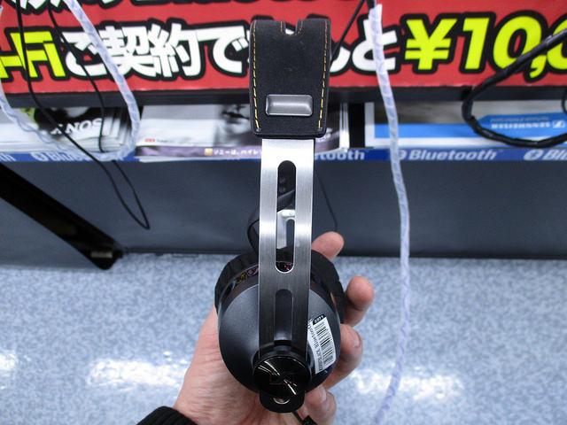 MOMENTUM_On-Ear_Wireless_10.jpg