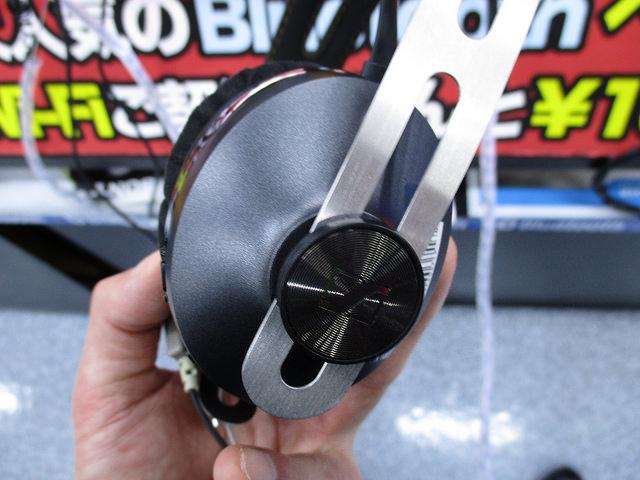 MOMENTUM_On-Ear_Wireless_11.jpg