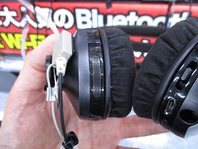 MOMENTUM_On-Ear_Wireless_13.jpg
