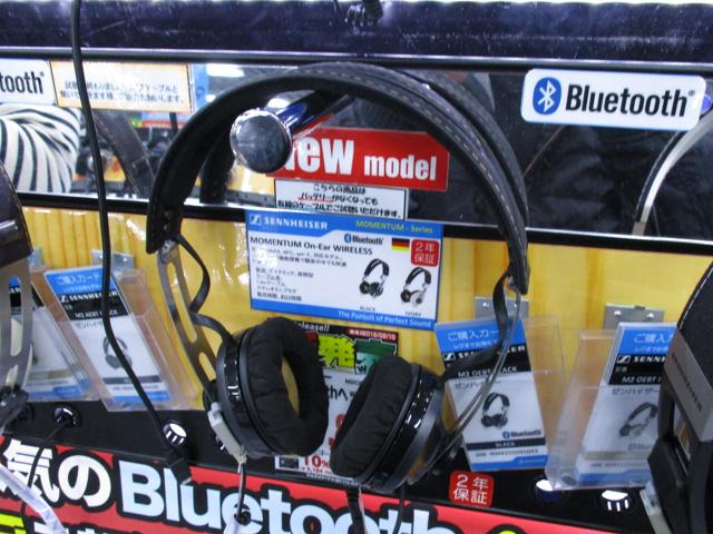 MOMENTUM_On-Ear_Wireless_17.jpg