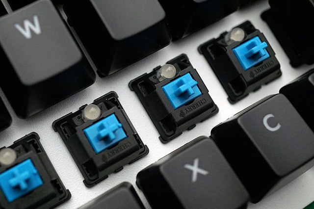 MasterKeys_Pro_L_WhiteLED_07.jpg