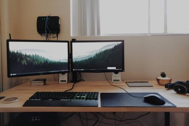 PC_Desk_MultiDisplay65_84.jpg