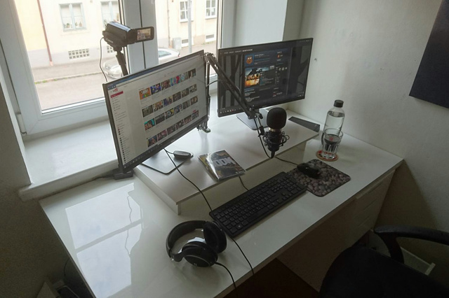 PC_Desk_MultiDisplay70_72.jpg
