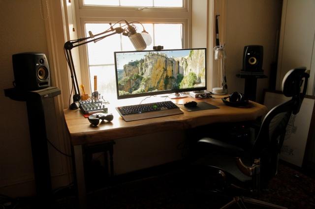 PC_Desk_UltlaWideMonitor10_26.jpg