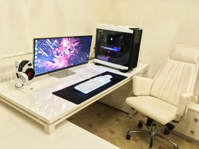 PC_Desk_UltlaWideMonitor11_25.jpg