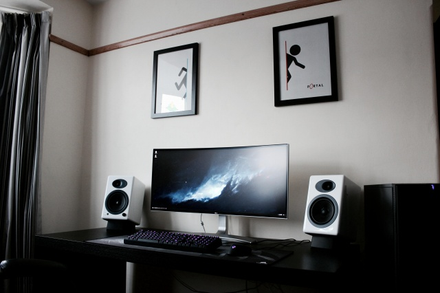 PC_Desk_UltlaWideMonitor11_93.jpg