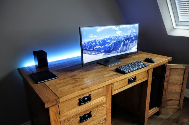PC_Desk_UltlaWideMonitor12_08.jpg