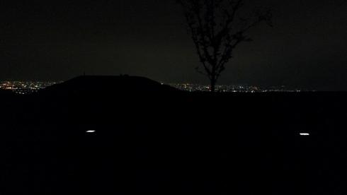 夜の古墳公園 流星群のかわりに街の星灯りのまたたきを