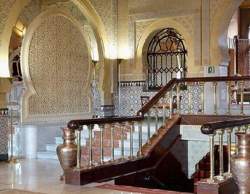 マーブルとアラバスターの回廊 馬蹄型のアーチ、ガラス装飾のかざり窓、アラビアンナイトの世界