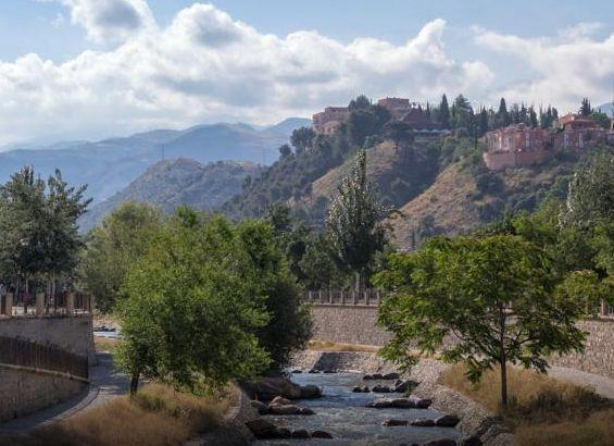 夜はテラスから市街を、朝はアルハンブラの森を散策できる